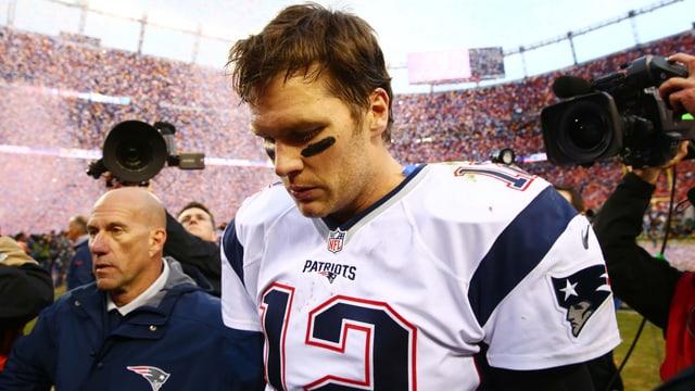Tom Brady verlässt geknickt das Feld