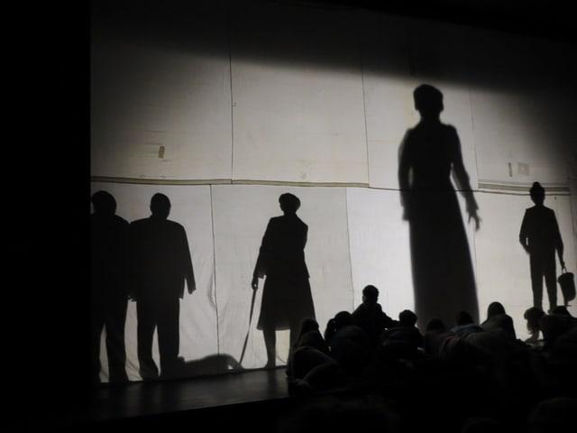 Das Theaterstück beginnt mit einem Schattenspiel.