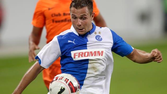 Giugadur da GC davantvart e giugadur da l'FC Bruegge davosvart.