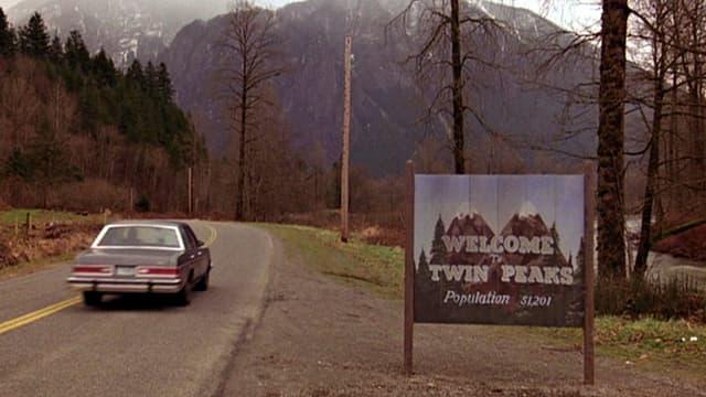 Auto neben Ortsausfahrtsschild Twin Peaks