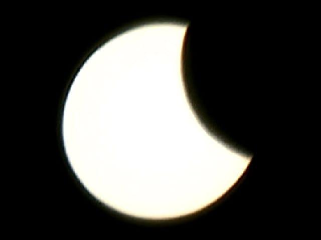 Mond schiebt sich von rechts über die Sonne.