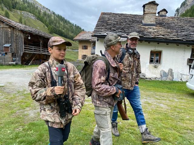 Andrin, Christian und das «Zambo-Bus»-Team gehen zusammen auf die Jagd.