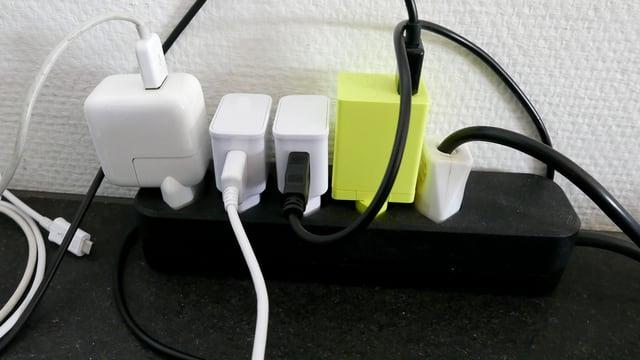 Eine Steckdosenleiste mit vier Ladegeräten für Smartphone, Tablet & Co.