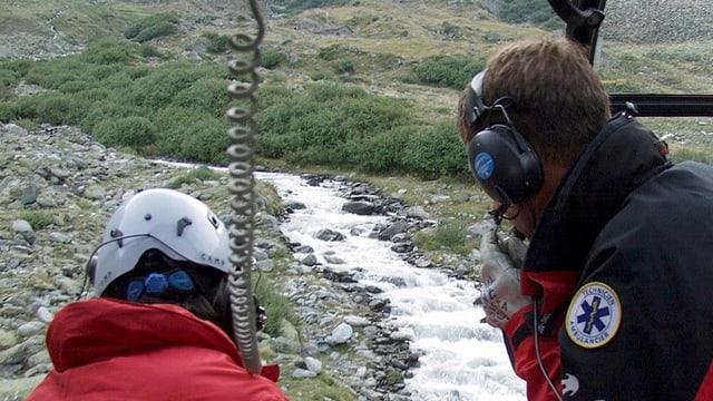 Ein Suchtrupp sucht mit einem Helikopter nach einer vermissten Person.