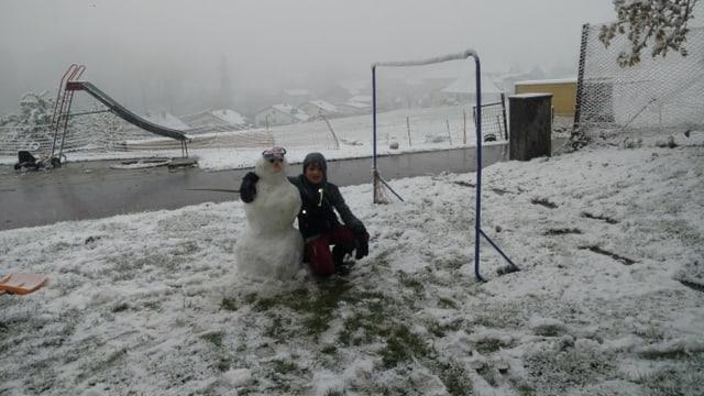 Kind mit Schneemann.