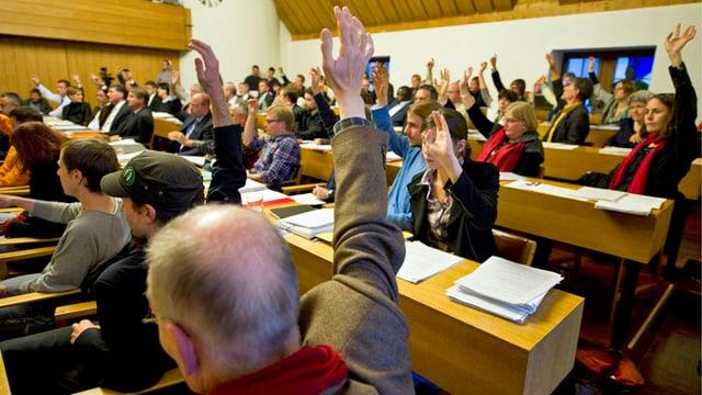 Mitglieder des Stadparlaments St. Gallen bei einer Abstimmung