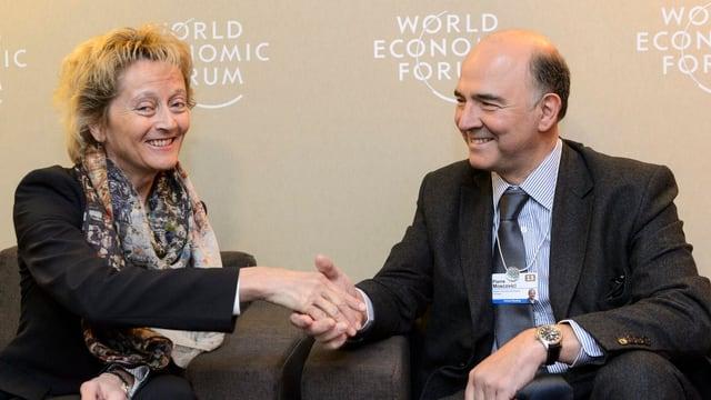Widmer-Schlumpf und Moscovici schütteln die Hand