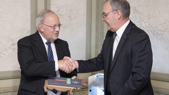 Parmelin verabschiedet Schneider-Ammann mit einem Händedruck.