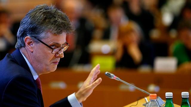 Jonathan Hill hebt bei der Anhörung im EU-Parlament die Hand