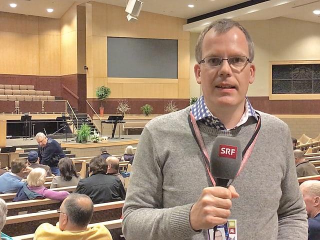 Korrespondent in einem Konferenzraum.