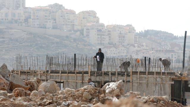 Baustelle mit Bauarbeitern.