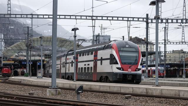 In tren da la SBB che vegn en la staziun da Cuira.
