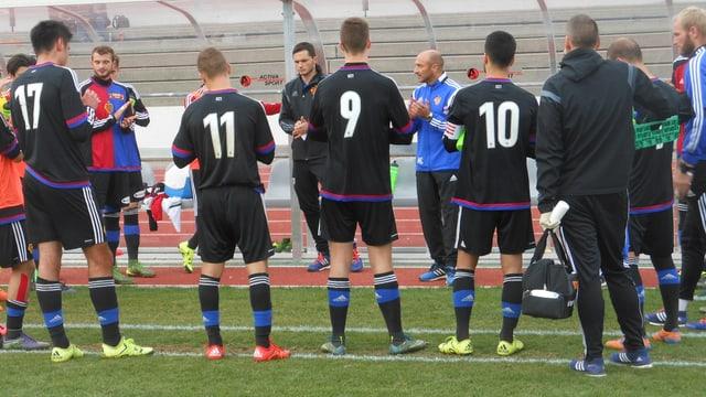 Massimo Ceccaroni umringt von U21-Nachwuchsspielern bei einer Besprechung.