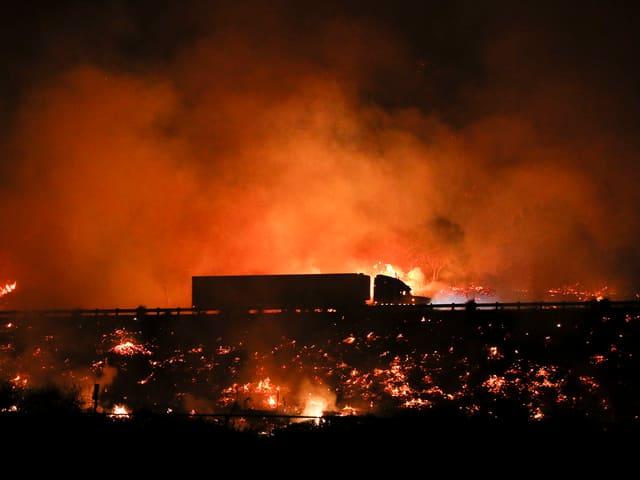 Brand bei Autobahn nahe Los Angeles.