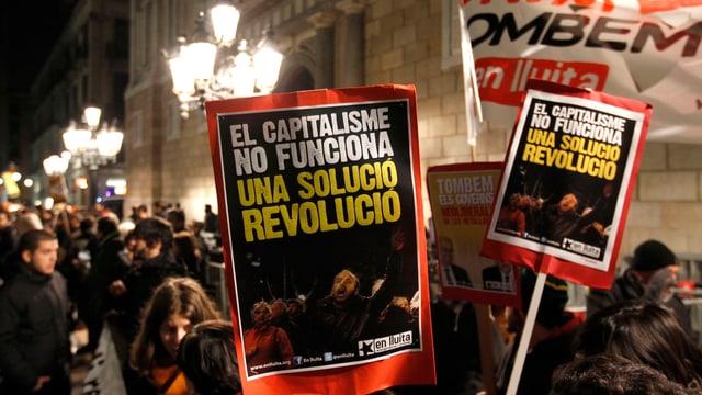 Plakate bei einem Protestzug