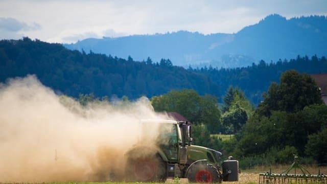 Eine Traktor hinterlässt eine grosse Staubwolke