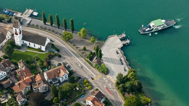 Luftaufnahme der Fähre und der Seestrasse bei Meilen
