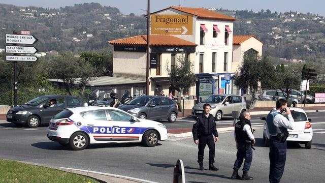 Ins vesa in auto da polizia da la Frantscha e polizists franzos.