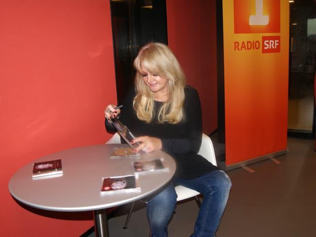 Bonnie Tyler signiert die CDs