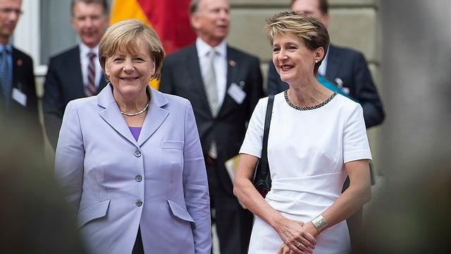 Angela Merkel e Simonetta Sommaruga sin il Münsterplatz a Berna.