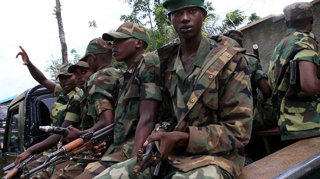 Soldaten auf einem Fahrzeug.