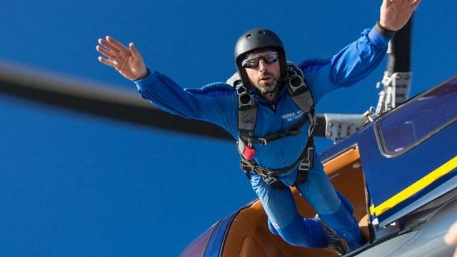 Sergey Brin springt aus einem Flugzeug.