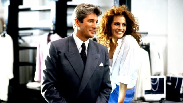 Richard Gere im Anzug neben Julia Roberts in einem Geschäft im Film «Pretty Woman».