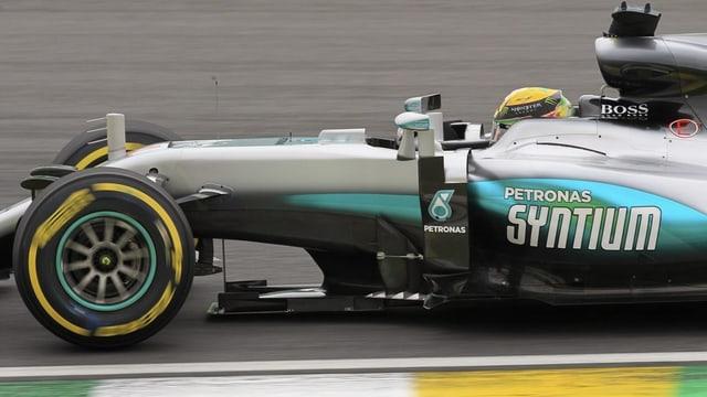 Lewis Hamilton sin Mercedes durant la qualificaziun sin la pista d'Interlagos a Sao Paulo en Brasilia.