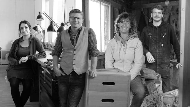 """Ein Foto von vier Protagonisten der Ausstellung """"Apen Werkstatt""""."""