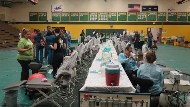 Turnhalle in Emporia, Helfer bereiten sich auf den Ansturm der Patienten vor.