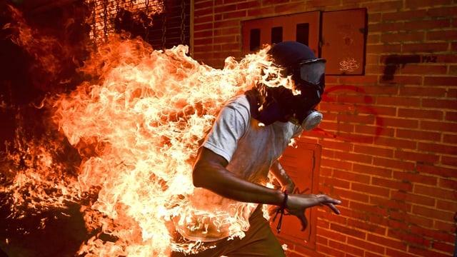 Brennender Mann mit Maske