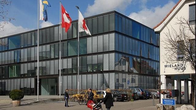 Glashaus mit Fahnen