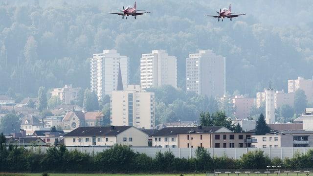 Flugzeuge beim Militärflugplatz Emmen.