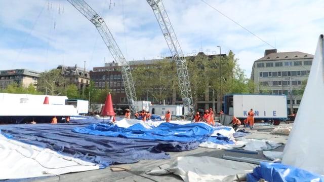 Das Zelt wird ausgelegt.