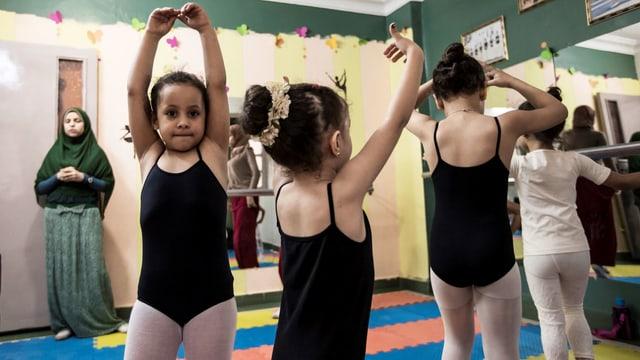 Mädchen im Tutu, die trainieren.