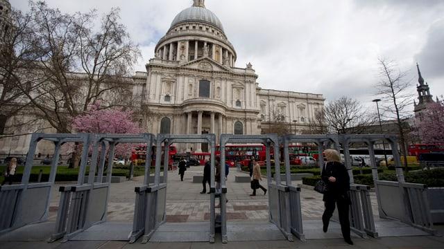 Mit Schranken versperrter Eingang zur St Paul's Kathedrale in London.