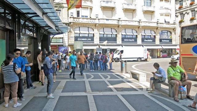 Touristen vor den Uhrengeschäften beim Luzerner Schwanenplatz