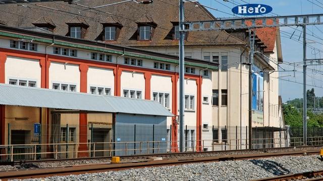 """Ein Bild des alten Fabrikareals """"Hero"""" aus Sicht des Bahnhofs Lenzburg."""