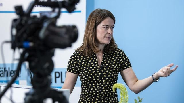 La presidenta da la PLD Svizra Petra Gössi discurra avant ina camera.