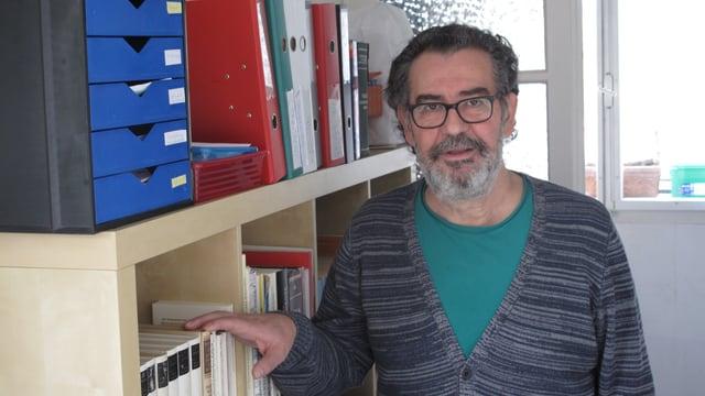 Bardhec Berisha in seinem Schreibzimmer in Emmenbrücke.