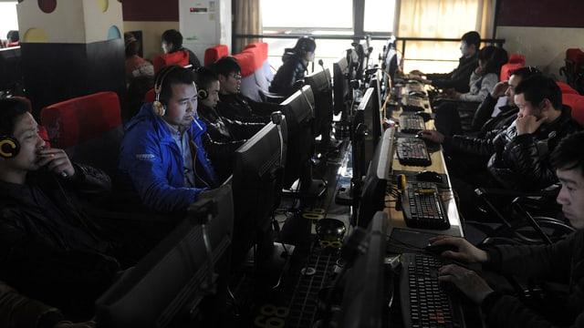 Chinesen sitzen in einem Internet-Café in China.