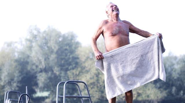 Alter Mann im Schwimmbecken