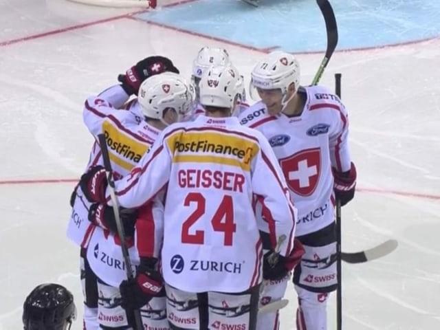 Die Schweizer feiern den zweiten Treffer.