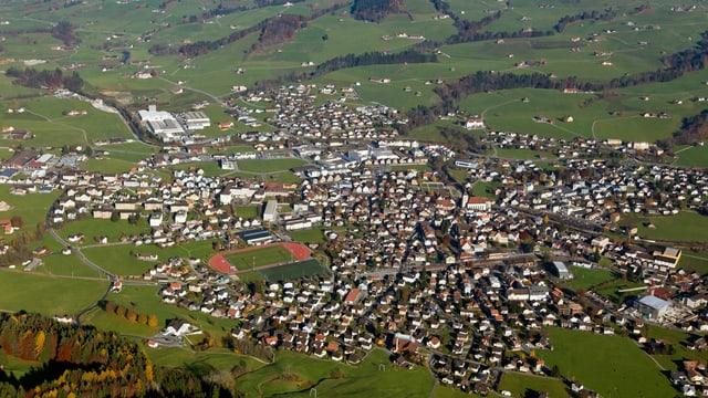 Das Dorf Appenzell vom Helikopter aus fotografiert
