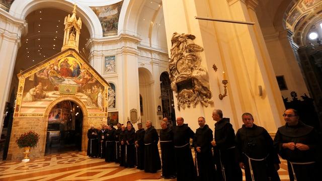 Franziskaner in einer Kirche in Assisi