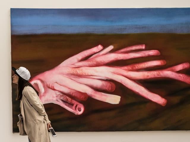 Eine Frau im Museum.