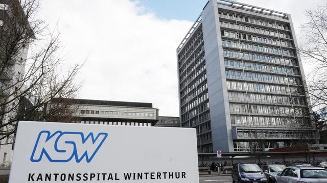 Hochhaus Kantonsspital Winterthur, im Vordergrund Hinweistafel