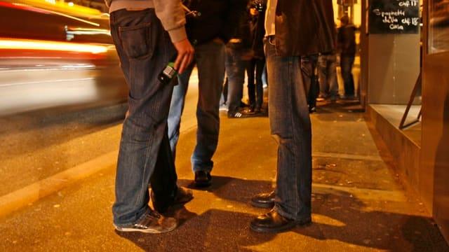 Männer vor einer Bar.