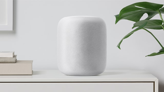 Weisser Lautsprecher HomePod auf einen Tisch.
