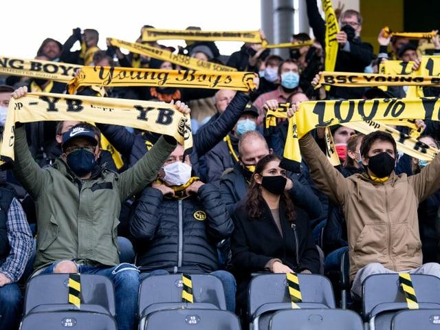 In Bern erfreuten sich über 11'000 Fans des Sieges über Vaduz. Trotz Maske.